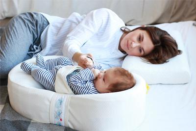 Совместный сон с малышом в коконе для новорожденных фото